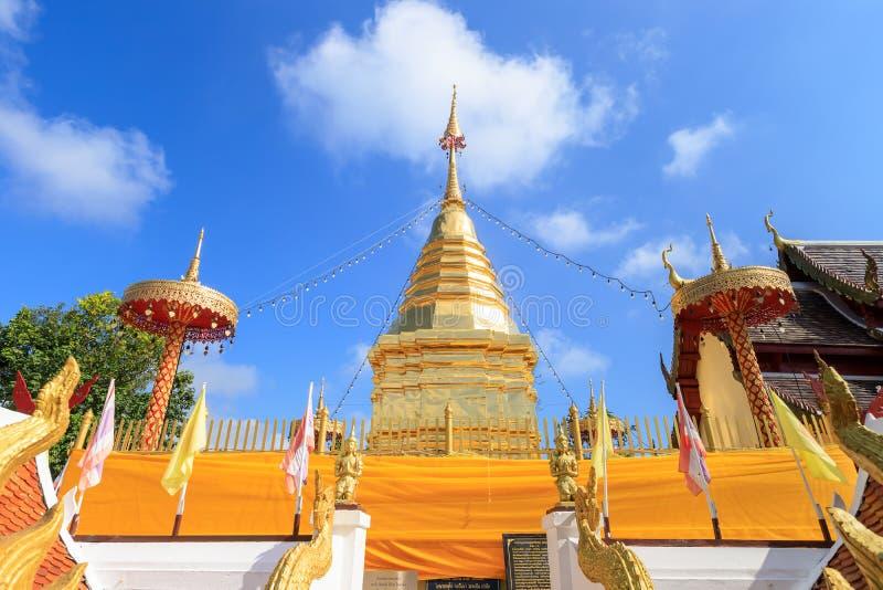 Chiang Mai Tajlandia, Listopad, - 19, 2018: Buddha relikwii pagoda przy Watem Phra Którym Doi Kham świątynia, jeden sławny monast zdjęcie stock