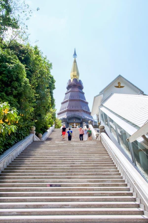 Chiang Mai Tajlandia, Marzec 22 2018, -: Ludzie chodzi w górę schodków przy Wielkimi Świętymi relikwiami Pagodowy Nabhamethanidol zdjęcie stock