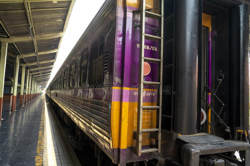 Chiang Mai, Tajlandia, Marzec/- 12, 2019: Pociąg pasażerski parkuje przy estradowym czekaniem wsiadać pasażerów obraz stock