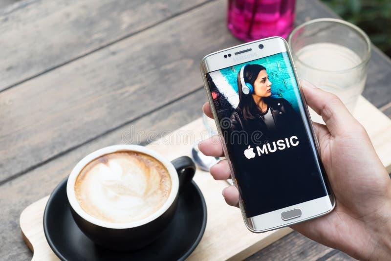 CHIANG MAI TAJLANDIA, NOV, - 20, 2015: Mężczyzna ręki mienia ekranu strzał Jabłczana muzyka app pokazuje na Samsung galaxy s6 kra zdjęcie stock