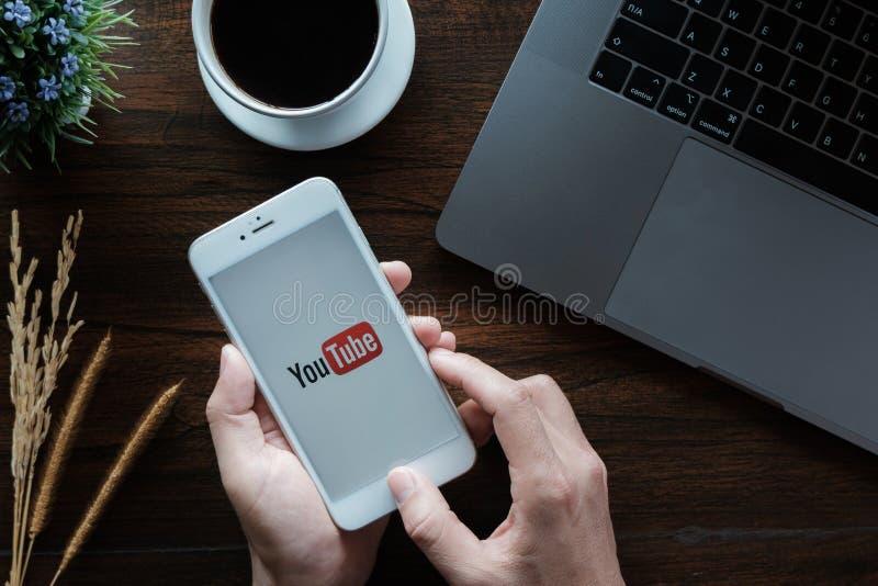 CHIANG MAI TAJLANDIA, Styczeń, - 20, 2019: Obsługuje pokazywać ekran strzelającego Youtube na iphone 6, YouTube app na ekranie, Y obrazy stock