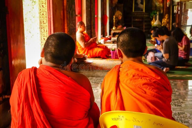 CHIANG MAI, Thaïlande - 7 août 2016 : Deux jeunes novic bouddhistes image stock
