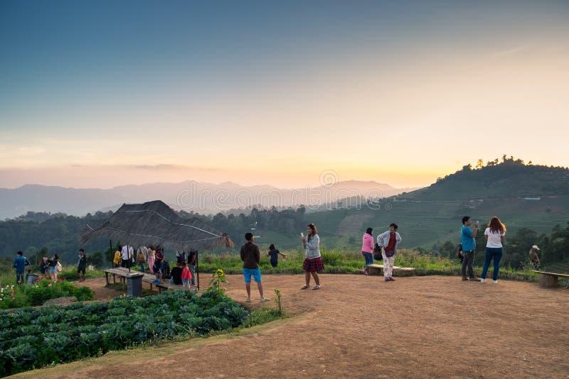 Chiang Mai, Thaïlande - 7 décembre 2015 : Les touristes voyagent sur la belle montagne en hiver à la confiture de lundi de doi image libre de droits