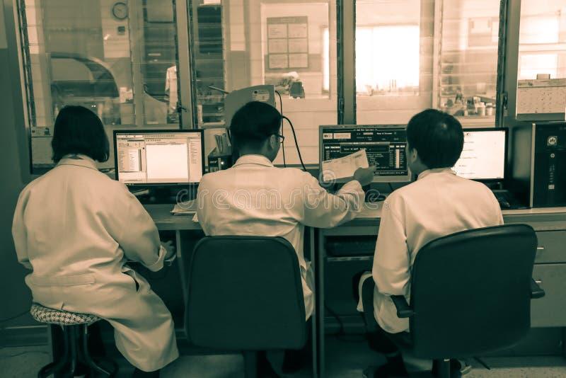 CHIANG MAI, THAÏLANDE - 15 JUIN 2016 : trois ont éprouvé des médecins dans la salle de commande, patient en EN pluridisciplinaire photos stock