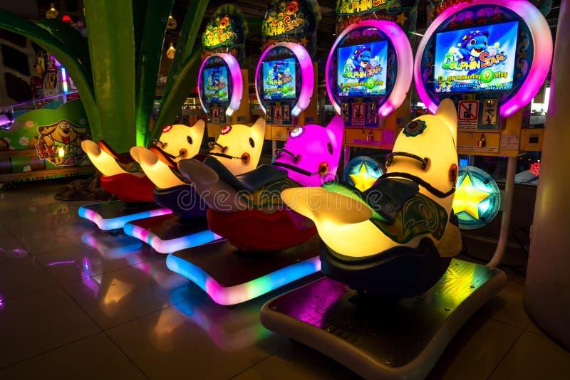 Chiang Mai/Thaïlande - 12 mars 2019 : Armoire automatique colorée de jeu avec la lampe au néon au magasin central de festival image stock