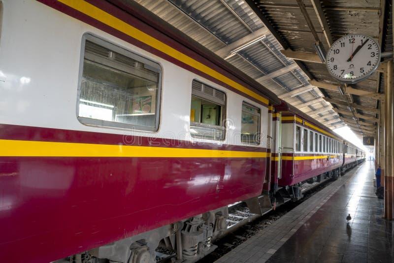 Chiang Mai/Thaïlande - 12 mars 2019 : Le train de voyageurs se gare à une plate-forme attendant pour embarquer les passagers photos libres de droits