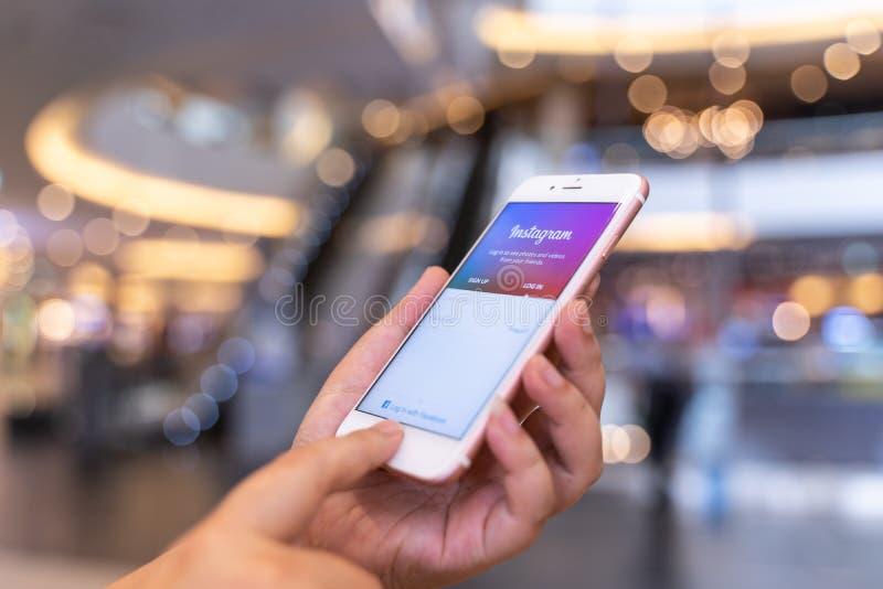 CHIANG MAI, THA?LANDE - POUVEZ 10,2019 : IPhone de participation de femme avec l'application d'Instagram sur l'écran Instagram es image stock