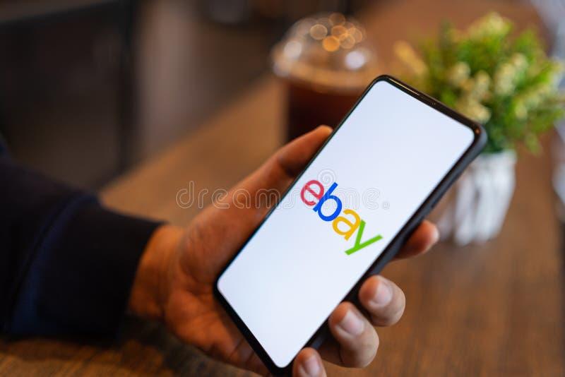 CHIANG MAI, THAILAND - breng in de war 24,2019: Mensenholding Xiaomi Mi Mengeling 3 met eBay apps op het scherm eBay is ??n van h stock afbeelding