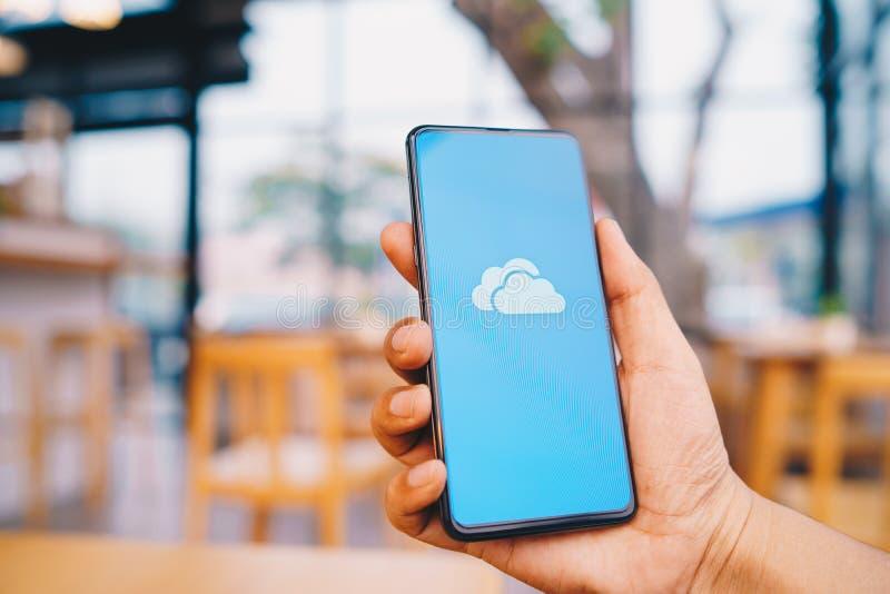 CHIANG MAI, THAILAND - breng in de war 23,2019: Mensenholding Xiaomi Mi Mengeling 3 met OneDrive op het scherm Microsoft OneDrive stock foto