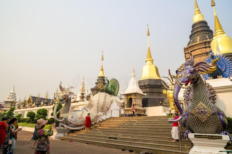 Chiang Mai /Thailand - 16 de março de 2019: Os turistas estão tomando as fotos dos pagodes em Wat Baan Den, um templo budista fam imagem de stock royalty free