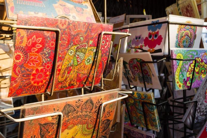 Chiang Mai Thailand - December 2, 2017: Målade vykort för turister på shoppar fönstret arkivfoto