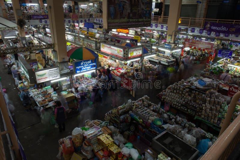 CHIANG MAI THAILAND - 23 FEBRUARI: De bloemmarkt in het lopen stock afbeelding