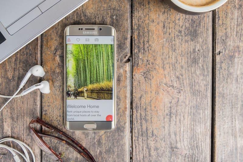 CHIANG MAI THAILAND - FEBRUARI 24 2016: Kant för Samsung galax som s6 visar den Airbnb applikationen på skärmen royaltyfria foton