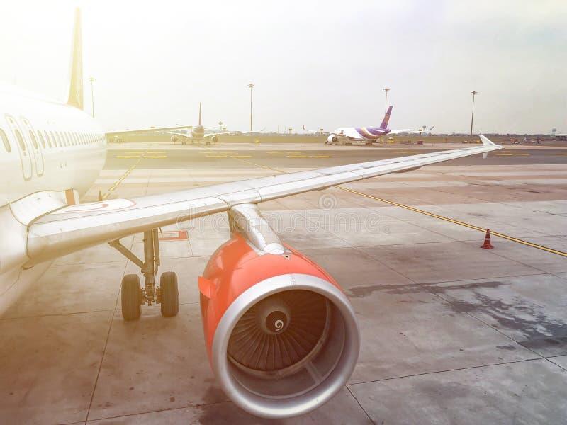 Chiang Mai, Thailand - 19 Februari 2018: Vliegtuig/Vliegtuigenparkeren in luchthaven die op passagier in Chiang Mai International stock foto