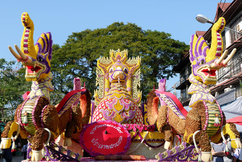CHIANG MAI THAILAND-FEBRUARY 04: Ståtabilarna dekoreras med många olika sorter av blommor i ettåriga växten 41. Chiang Mai Flo royaltyfri bild