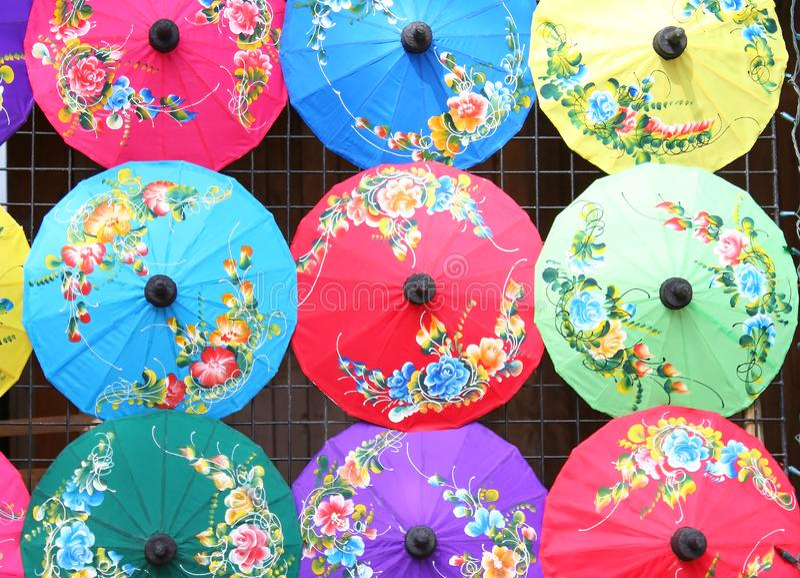 CHIANG MAI THAILAND - JANUARI 19, 2018 - Bo Sang Umbrella Festival Rymt i Januari av varje år Bo Sang Umbrella Handicraft Cen royaltyfri bild