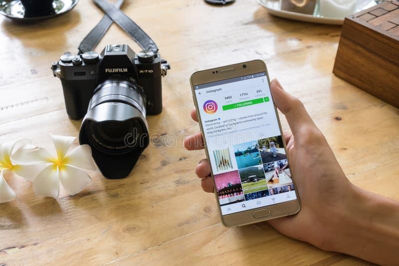CHIANG MAI THAILAND - JULI 24,2016: En man rymmer Samsung anmärkning 5 arkivfoto