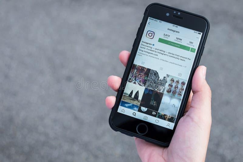 CHIANG MAI, THAILAND - 7,2016 JULI: Houdt de vrouwen Apple-iPhone 6S royalty-vrije stock afbeeldingen