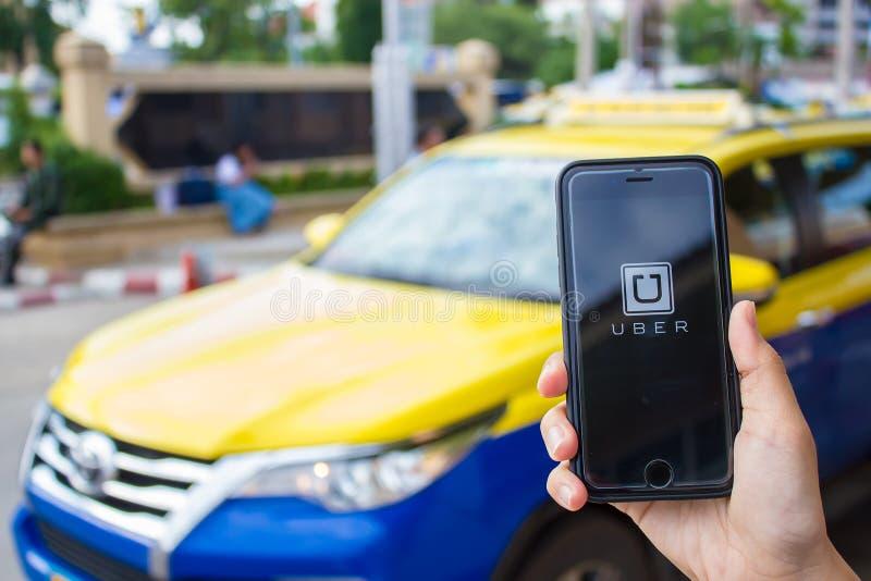 CHIANG MAI, THAILAND - JUN 13.2016: Een holding Uber app van de MENSENhand stock afbeelding