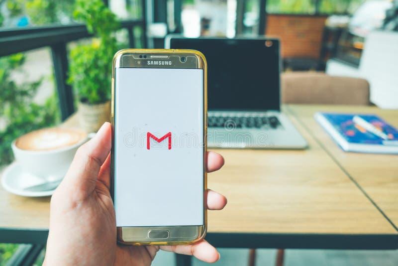 CHIANG MAI THAILAND - Juni 26,2018: En man rymmer den Samsung galaxen arkivfoton