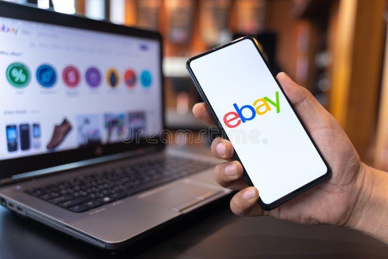 CHIANG MAI, THAILAND - K?NNEN SIE 01,2019: Mann, der Mischung 3 Xiaomi MI mit EBay-Apps auf dem Schirm hält lizenzfreies stockfoto