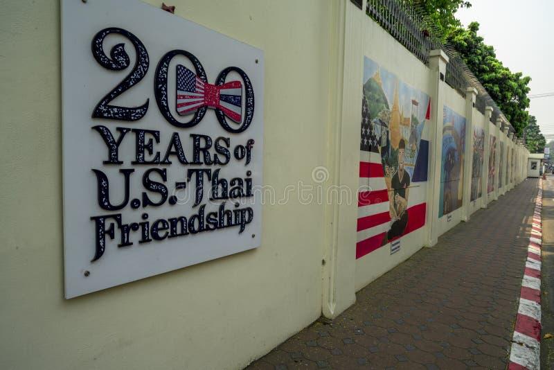 Chiang Mai/Thailand - 12. März 2019: Die gelbe Wand des U S Botschaft mit dem Zeichen von 200 Jahren von U S - Thailändische Freu lizenzfreie stockbilder