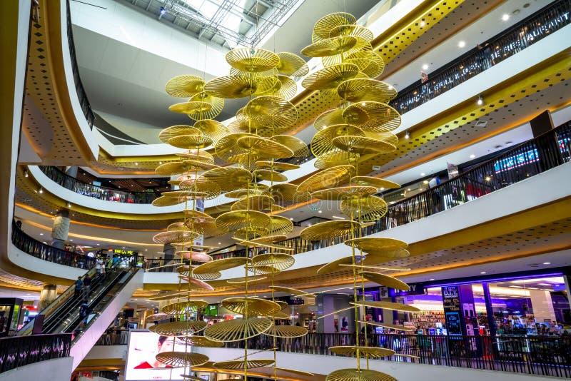 Chiang Mai/Thailand - 12. März 2019: Goldenes Metallmobile, das als Mittelstück am zentralen Festival-Kaufhaus hängt lizenzfreies stockbild