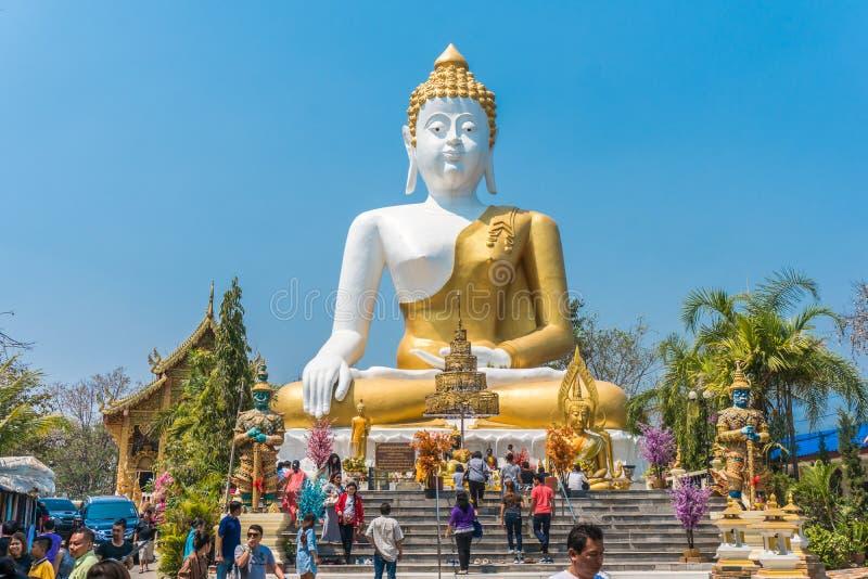 CHIANG MAI, THAILAND - 5. MÄRZ 2017: Thailändische Pilger beten und Tourist in der großen sitzenden Buddha-Statue bei Wat Phra Th lizenzfreies stockfoto