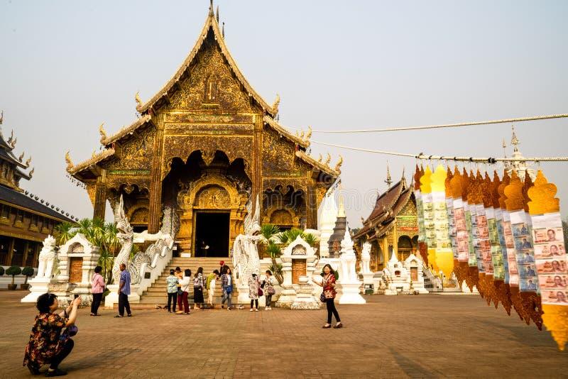 Chiang Mai /Thailand - 16. März 2019: Touristen machen Fotos vor Wat Baan Den, ein berühmter buddhistischer Tempel lizenzfreie stockfotos