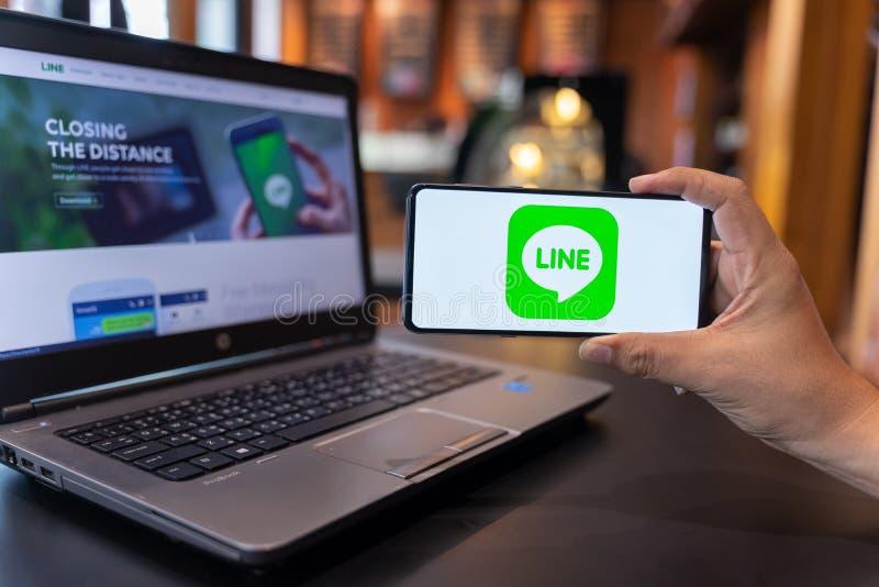 CHIANG MAI, THAILAND - MAG 01,2019: Mensenholding Xiaomi Mi Mengeling 3 met LIJN apps op het scherm stock foto