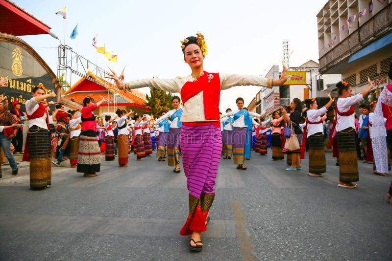 CHIANG MAI, THAILAND - 16 MAJ 2016 : Thai nageldans i chiang mai-provinsen Thailands kultur efter att kvinnor dansar eller nageld royaltyfri bild
