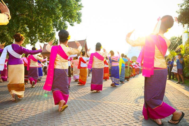 CHIANG MAI, THAILAND - 16 MAJ 2016 : Thai nageldans i chiang mai-provinsen Thailands kultur efter att kvinnor dansar eller nageld fotografering för bildbyråer