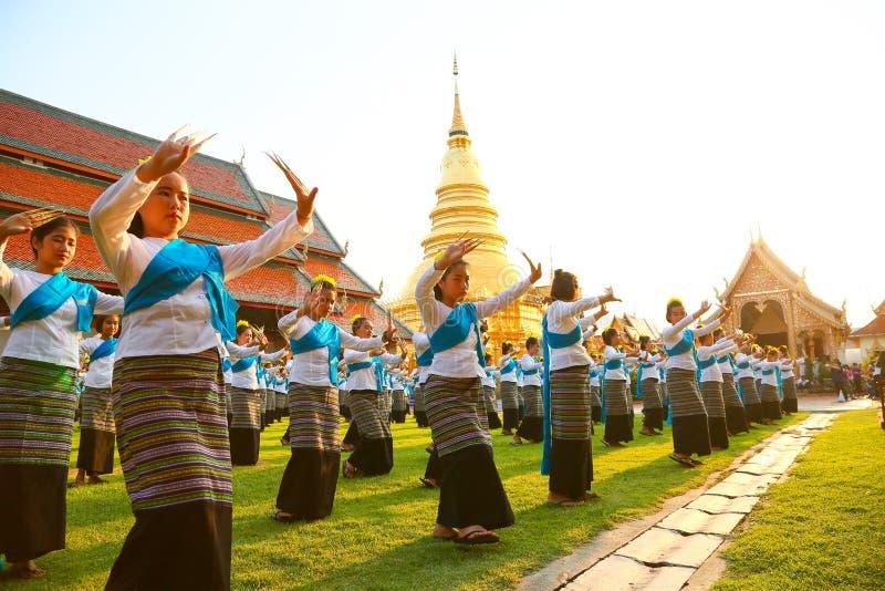 CHIANG MAI, THAILAND - 16 MAJ 2016 : Thai nageldans i chiang mai-provinsen Thailands kultur efter att kvinnor dansar eller nageld arkivbilder