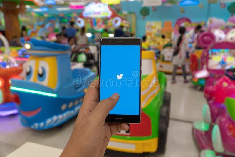 CHIANG MAI, THAILAND - 22 06,2019: Mann, der HUAWEI mit Twitter-App auf dem Schirm hält Twitter ist on-line-Nachrichten und ein s lizenzfreie stockfotografie