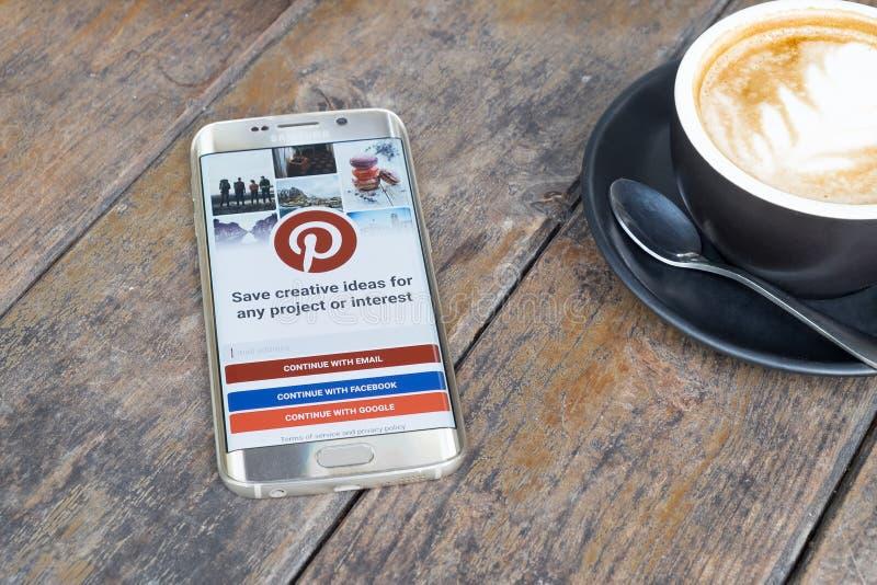 CHIANG MAI THAILAND - MARS 6, 2016: Kant för Samsung galax S6 med den Pinterest applikationen arkivfoton