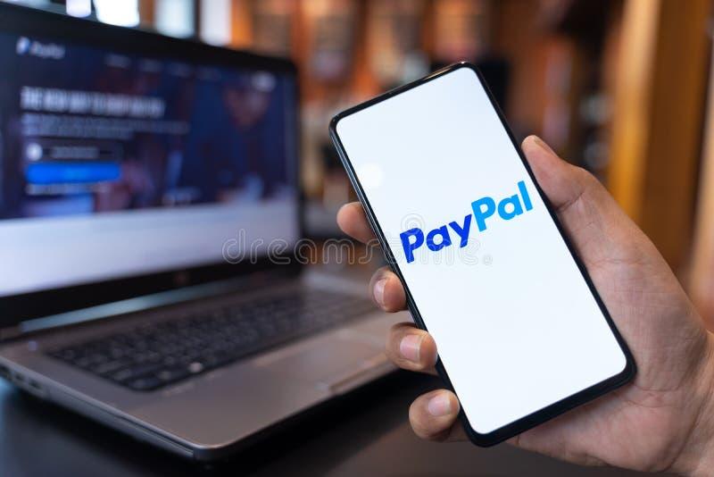 CHIANG MAI THAILAND - MAY 01,2019: Man som rymmer Xiaomi Mi blandning 3 med Paypal apps på skärmen Paypal ?r ett direktanslutet e arkivbilder