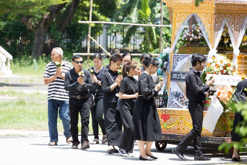 CHIANG MAI, THAILAND - MEI 19: Niet geïdentificeerde droevige mensen die in zwarte doeken rond het houten paleis van het lijk Tha stock foto's