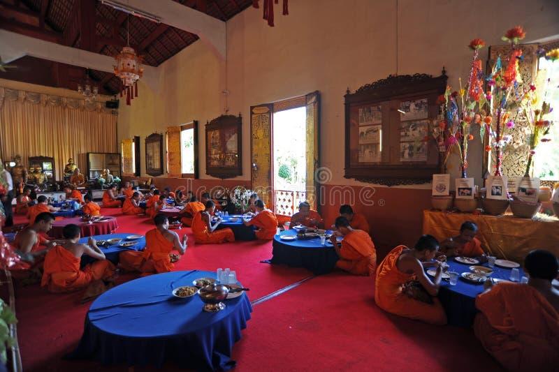 Chiang Mai Thailand: Munk Eating Lunch arkivfoto