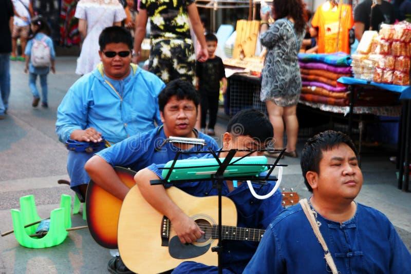 CHIANG MAI THAILAND - NOVEMBER 25, 2017: Konsert av musikbandrullgardinmusikerna på nattmarknaden arkivbild