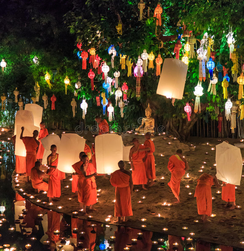 CHIANG MAI THAILAND-NOVEMBER 17: Loy Krathong festiwal przy Wat niecką Tao zdjęcie royalty free