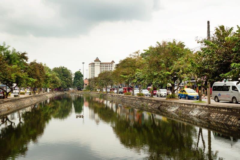 CHIANG MAI, THAILAND - NOVEMBER 23, 2017: Mening over de stad en de wegen met auto's, taxi, motoren dichtbij aan kanaal stock afbeelding