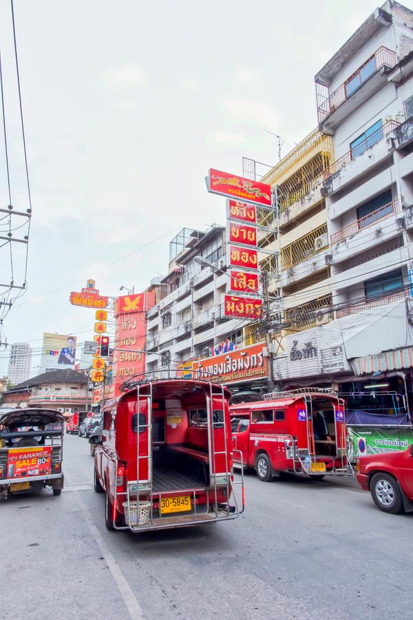 Chiang Mai, Thailand - November 26 2017: Rode auto of taxi op wittayanonweg Aandrijving door de Warorot-markt vervoer stock afbeelding