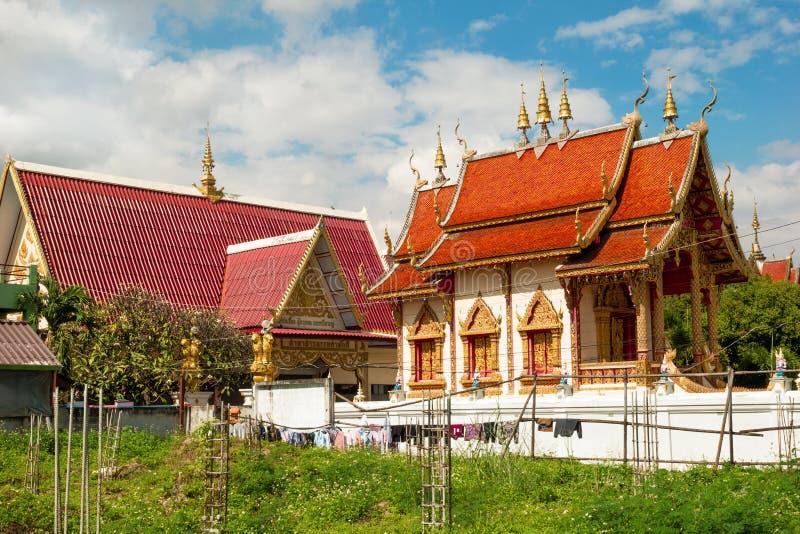 CHIANG MAI THAILAND - NOVEMBER 24, 2017: Sikt på den buddistiska templet och trädgård arkivfoto