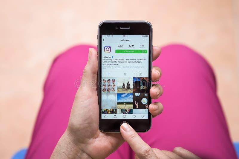 CHIANG MAI, THAILAND - OCT 3.2016: Houdt de vrouwen Apple-iPhone 6S met Instagram-toepassing op het scherm Instagram is een foto stock fotografie