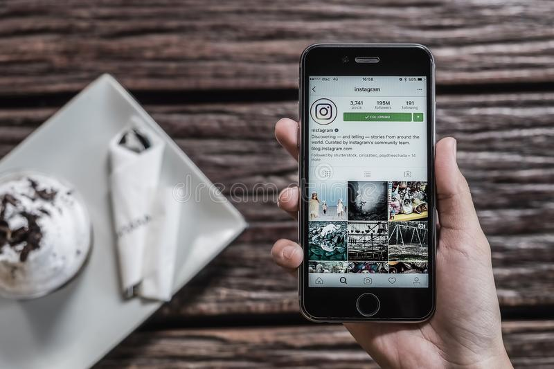 CHIANG MAI, THAILAND - OCT 24,2016: Houdt de vrouwen Apple iPhone 6S met Instagram-toepassing op het scherm Instagram is een foto royalty-vrije stock afbeelding