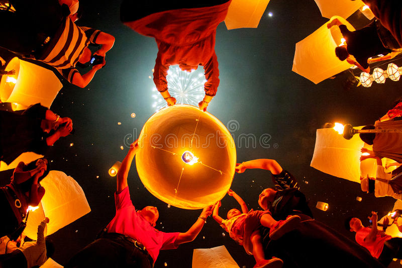 CHIANG MAI, THAILAND - OCTOBER 20, 2010: Group of Thai people la. Unch a sky lantern on the night of the annual festival known as Yee Peng (Yi Peng royalty free stock images