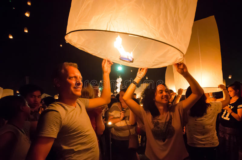 CHIANG MAI THAILAND-OCTOBER 16: Loy Krathong festival Unidenti royaltyfria bilder
