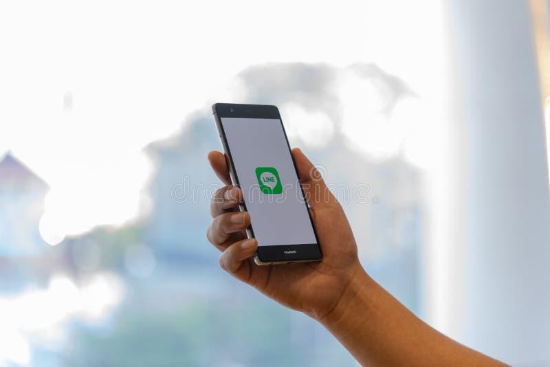 CHIANG MAI, THAILAND - 02 OKT r De LIJN is een nieuwe mededeling app die u toestaat royalty-vrije stock foto's