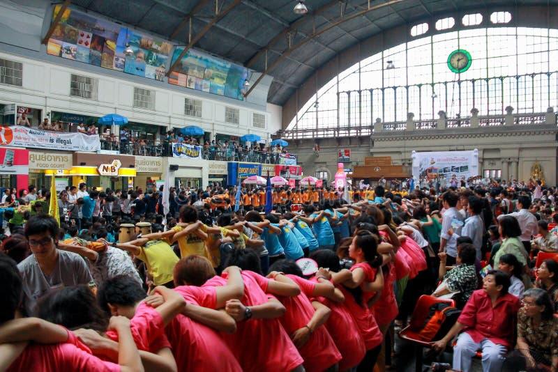 Chiang Mai University Students Cheering en los estudiantes de primer año que acogen con satisfacción el Ce fotografía de archivo libre de regalías