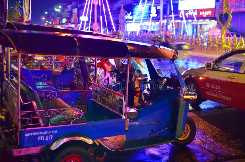 Chiang Rai - 17 ΜΑΡΤΊΟΥ: Tuk - tuk στο κεντρικό δρόμο τη νύχτα στις 17 Μαρτίου 2018 σε Chiang Rai στοκ φωτογραφίες με δικαίωμα ελεύθερης χρήσης